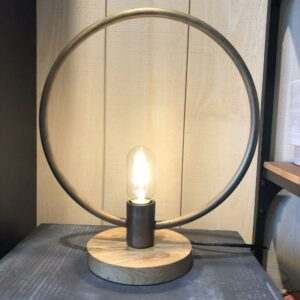 lampe à poser Tora en forme de cercle en metal patiné doré sur une base en bois