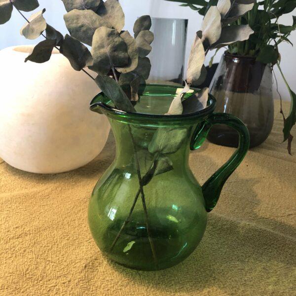 carafe à anse verte en verre soufflé issu de l'artisanat egyptien