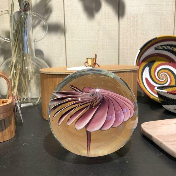 Boule en verre avec fleur violette chic de chez HKLIVING