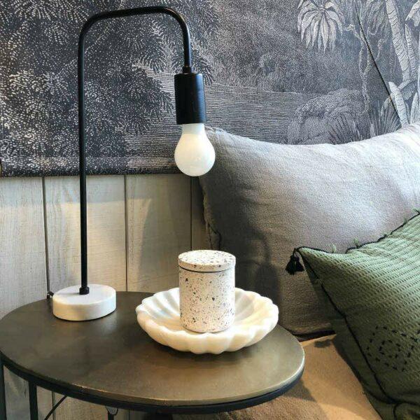lampe de chevet metal noir et socle en marbre blanc  de chez Pomax