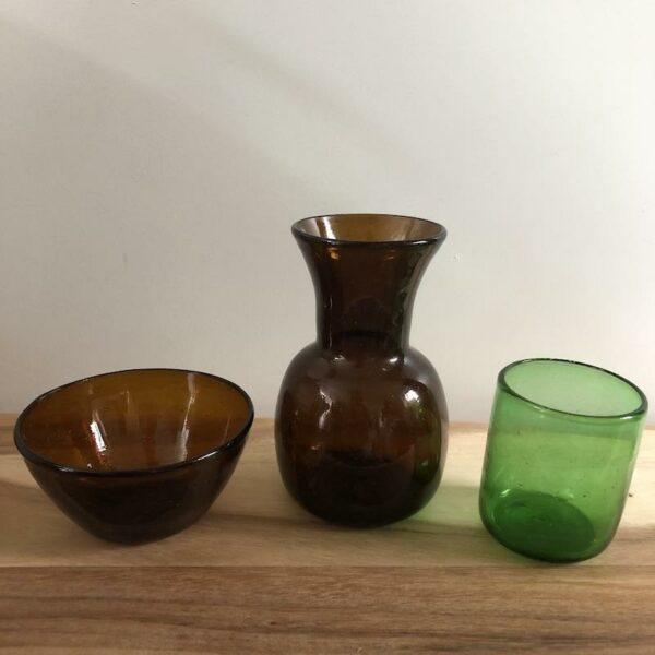 art de la table en verre soufflé marron vase, bol et verre