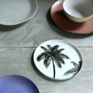 Assiette en porcelaine noir et blanc avec palmiers HK living