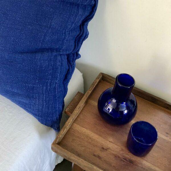 Carafe et son gobelet en verre soufflé a bulles bleu outremer