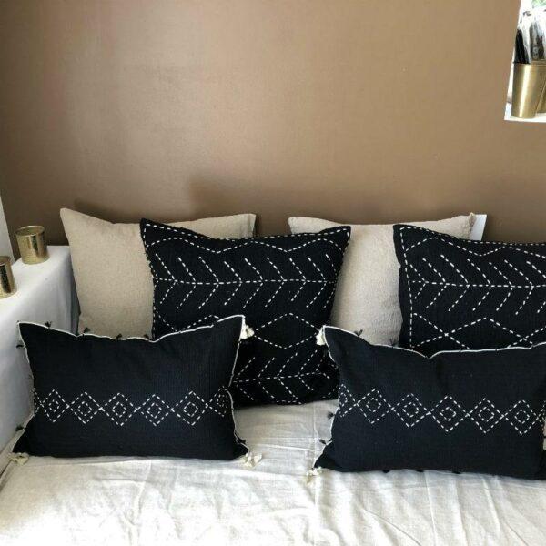 coussins coton gaufrés noirs pompons motifs tribaux