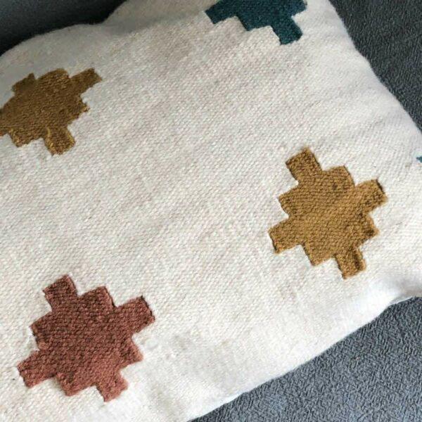 coussin tiles fabriqué en Egypt avec les couleurs Pantone 2019