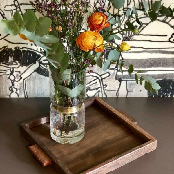 Plateau carré en bois recyclé avec vase