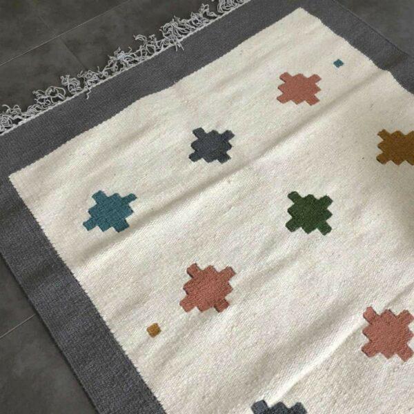 tapis kilin Egypt couleurs corail , écru et gris