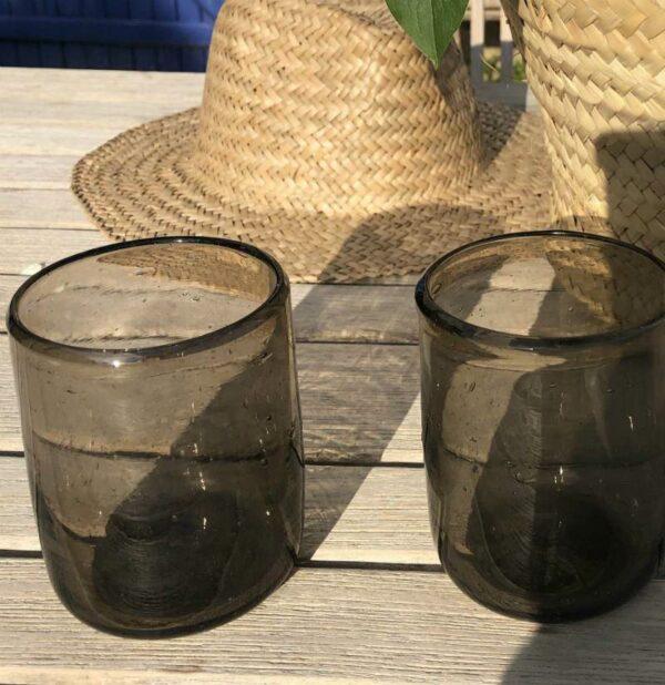 gobelet en verre soufflé noir de façon artisanal Egyptien